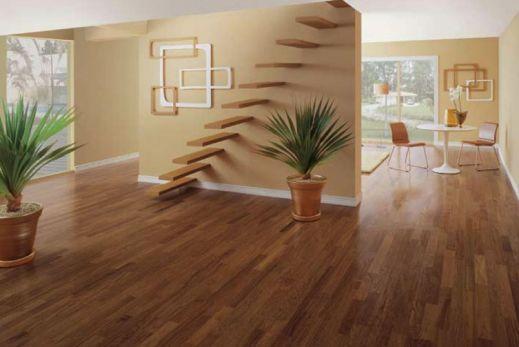 Sala com piso de madeira.