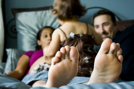 crianca-cama-pais
