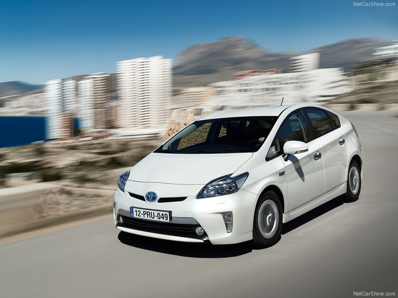 Toyota-Prius_Plug-in_Hybrid_2013_800x600_wallpaper_01
