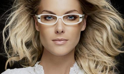 Ana-Hickmann-com-um-modelo-de-óculos-de-sua-coleção