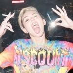Miley Cyrus fuma, usa fio dental e expõe seios em fotos 07